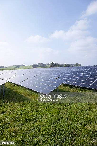 solar panels on a meadow - stefanie grewel stock-fotos und bilder