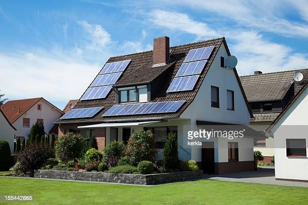 Sonnenkollektoren auf dem Dach einer alten