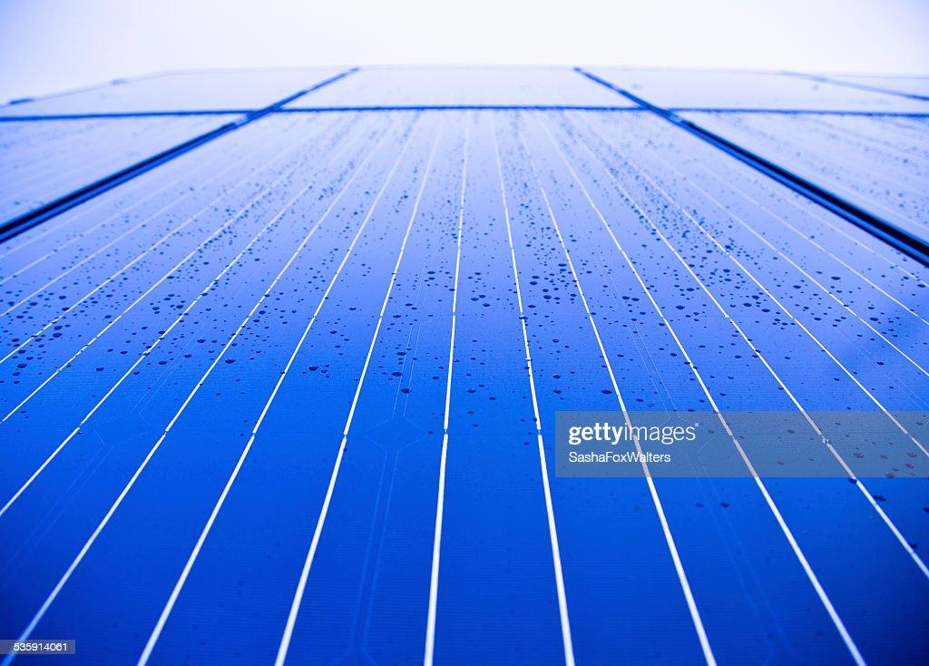 Paneles solares en casa en el último piso : Foto de stock