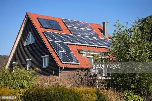 Panneaux solaires sur le toit d'une maison de famille-Générique