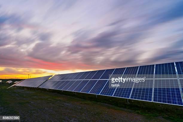 Paneles solares, fotovoltaico matriz en la Mongolia interior de China.