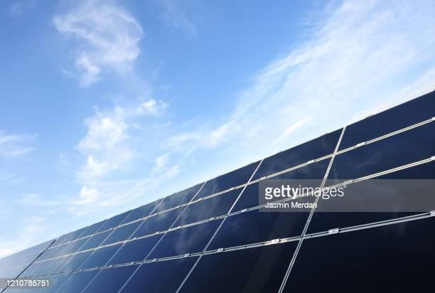 solar panels renewable energy - solarkraftwerk stock-fotos und bilder
