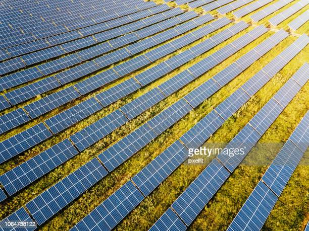 solar power farm - solar powered station stock pictures, royalty-free photos & images
