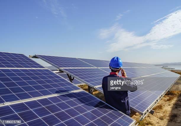 solar power plant engineer controleert - industriële apparatuur stockfoto's en -beelden