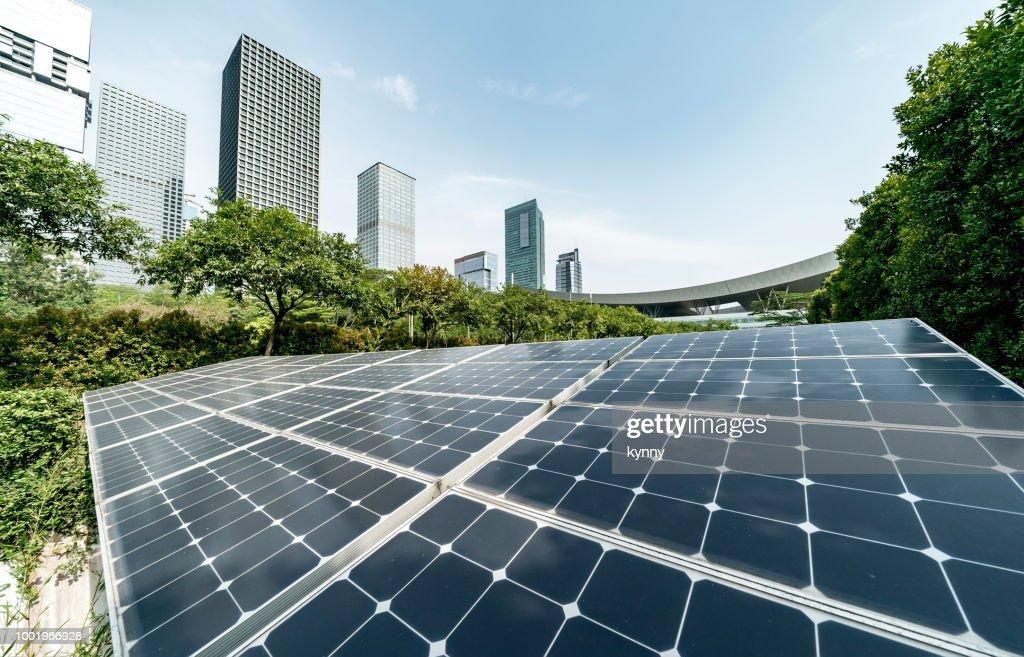 Solkraftverk i modern stad, hållbar förnybar energi : Bildbanksbilder