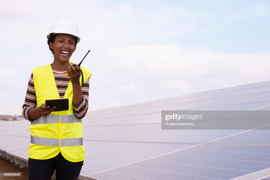 Solarkraftwerk Arbeiter Frau am Walkie-Talkie. : Stock-Foto