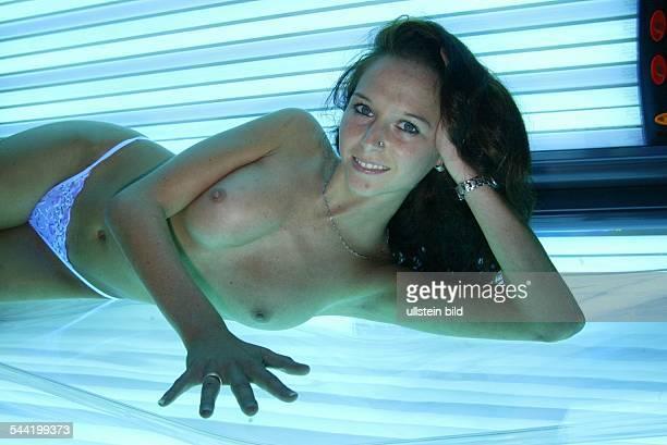 Solarium, Sonnenstudio: Frau auf einer Sonnenbank