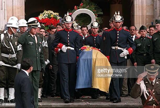 Soldados de la guardia presidencial sacan el feretro del excandidato presidencial Alvaro Gomez Hurtado de la catedral noviembre 03 en Bogota Colombia...