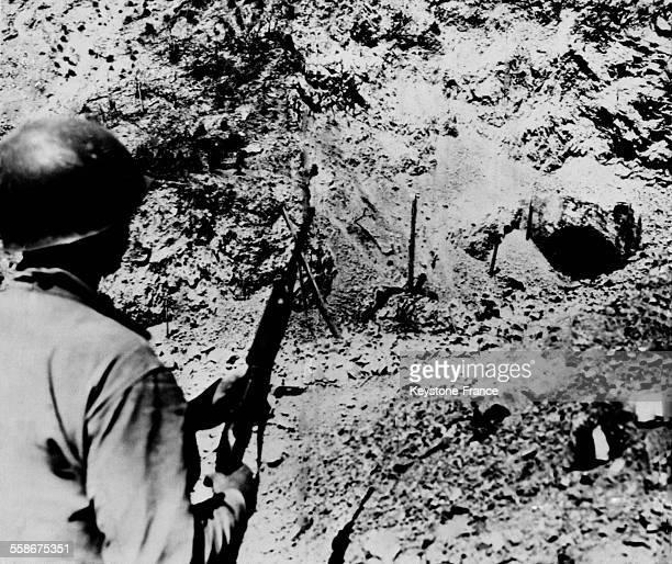 Soldat americain surveillant l'entree du tunnel de Malinta ou etaient caches pres de 2000 soldats japonais pendant la Bataille des Philippines a...