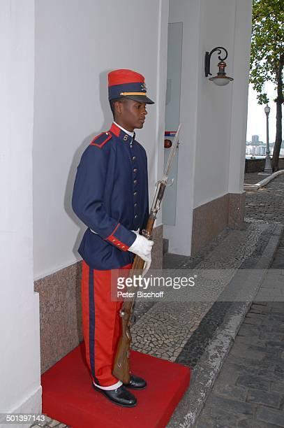 Soldat an TorEinfahrt MilitärFort und Historisches Museum Forte de Copacabana Rio de Janeiro Brasilien Südamerika Uniform Gewehr Reise NB DIG ProdNr...