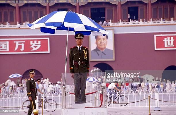 Soldat auf dem Platz des HimmlischenFriedens in Peking Im Hintergrund dasTor des Himmlischen Friedens mit dem Mao Porträt August 1998