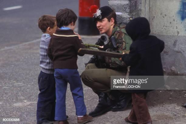 Soldat britannique discutant avec des enfants à Belfast après la mort de Bobby Sands en mai 1981 au RoyaumeUni