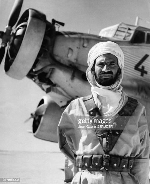 Soldat de l'armée coloniale française devant un avion JU 52 AAC1 Toucan en Algérie circa 1950