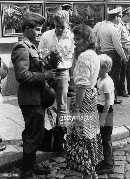 Soldat der Nationalen Volksarmee mit familienangehörigen in Cottbus um 1980 Aufnahmedatum geschätzt