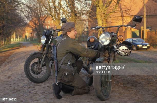 Soldat devant sa moto à Darchau village frontalier de l'Allemagne de l'Est le 15 novembre 1989