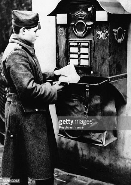 Soldat faisant la levee du courrier pour aider les services postaux a l'occasion de l'augmentation du trafic due aux cartes de voeux a Bruxelles...