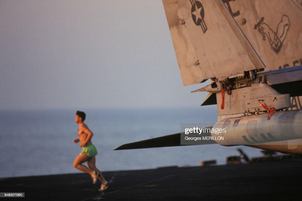 soldat-faisant-son-jogging-sur-le-pont-d