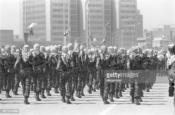 Soldaten der libyschen Streitkräfte mit PalästinenserKopftüchern bei einer Militärparade in Bengasi im September 1979 anlässlich des 10 Jahrestages...