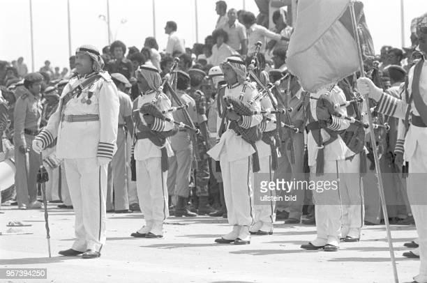 Soldaten der libyschen Streitkräfte und DudelsackSpieler bei einer Militärparade in Bengasi im September 1979 anlässlich des 10 Jahrestages des...