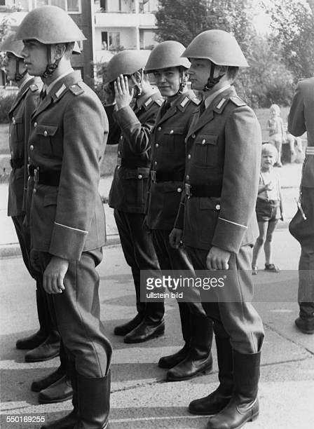 Soldaten der Nationalen Volksarmee in Cottbus, um 1980- Aufnahmedatum geschätzt