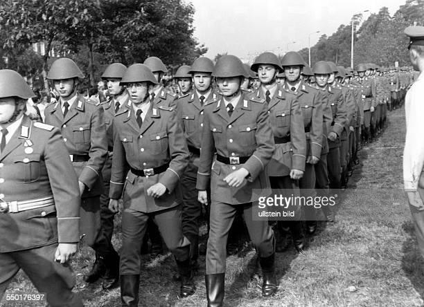 Soldaten der Nationalen Volksarmee marschieren in Cottbus, um 1980- Aufnahmedatum geschätzt