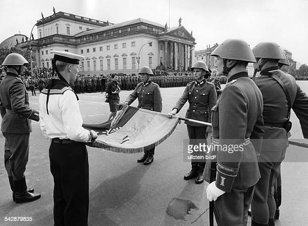 Soldaten der NVA legen das Gelöbnis abbeim Fahneneid in OstBerlin Unter den Linden imHintergrund die Staatsoperohne weitere Angabenum 1971