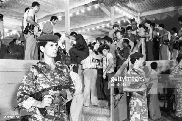 Soldaten der Streitkräfte von Libyen stehen Wache an einer ProminentenTribüne die zur Vereidigung von Armeeangehörigen im September 1979 anlässlich...