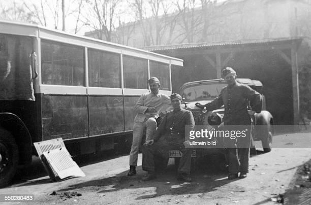Soldaten der Wehrmacht auf Motorrädern in Frankreich Normandie um 1940 *Aufnahmedatum geschätzt Orte unbekannt*