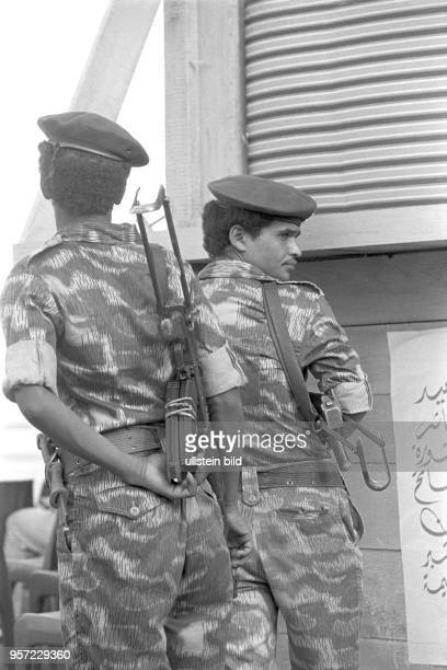 Soldaten in Uniform und mit umgehängter MPi am Rande einer Militärparade in Bengasi im September 1979 anlässlich des 10 Jahrestages des Sturzes der...
