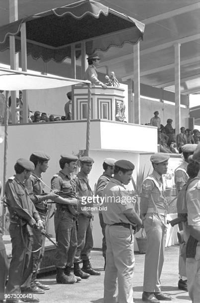 Soldaten vor der Rednertribüne von der der libysche Revolutionsführer Oberst Muammar Abu Minyar alGaddafi vor einer Militärparade in Bengasi im...