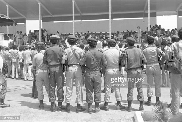 Soldaten vor einer Tribüne mit Ehrengästen einer Militärparade in Bengasi im September 1979 anlässlich des 10 Jahrestages des Sturzes der Monarchie