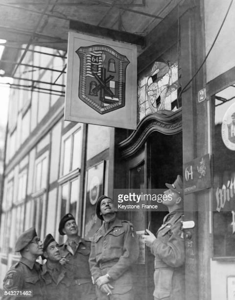 Soldats britanniques du 8ème régiment du Middlesex posant avec fierté sous leur étendard représentant un poivrier ainsi que les armes utilisées sur...