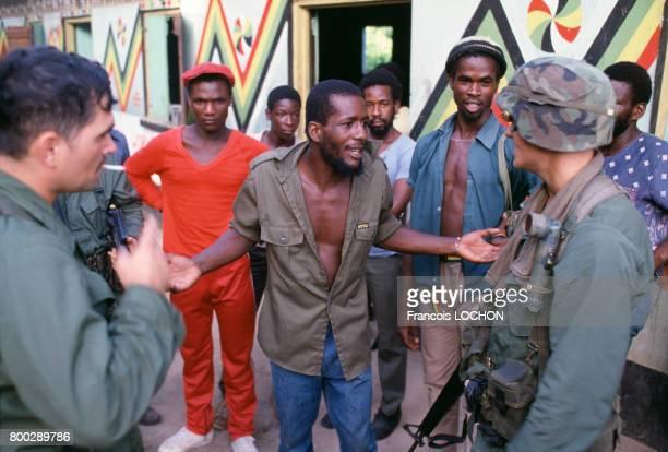 Soldats cubains prisonniers par l'armée américaine en novembre 1983 en Grenade