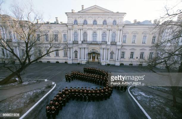 Soldats de l'école militaire de Souvorov en ordre représentant la faucille et le marteau soviétiques le 10 février 1989 à SaintPétersbourg en URSS