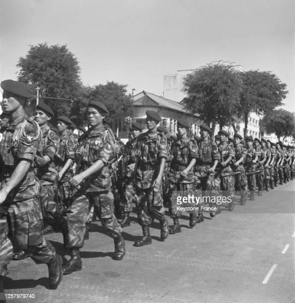 Soldats défilant à Saigon, Vietnam le 2 novembre 1957.