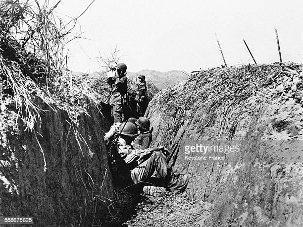 Soldats français surveillant l'horizon dans les tranchées autour de Dien Bien Phu grâce auxquelles ils ont ouvert une route entre la ville et le...