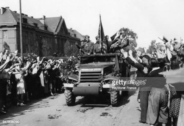 Soldats russes salués avec enthousiasme par la population tchécoslovaque, en Tchécoslovaquie en 1945.