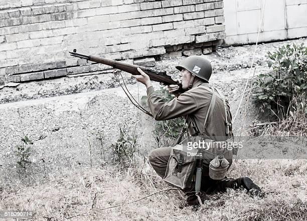 Un soldat visant fusil de la Seconde guerre mondiale