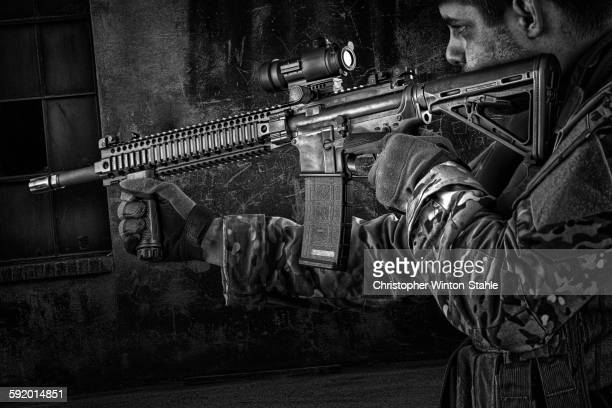 soldier aiming automatic weapon during training - us army urban warfare - fotografias e filmes do acervo