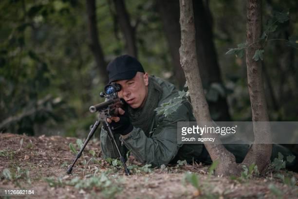 soldado apuntar con el sniper - rifle fotografías e imágenes de stock