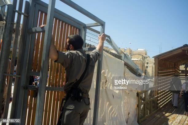 Soldado en el muro de las Lamentaciones. Jerusalén, Israel.