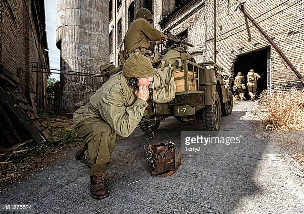soldado telefone de apoio para exército dos soldados - batalha guerra - fotografias e filmes do acervo
