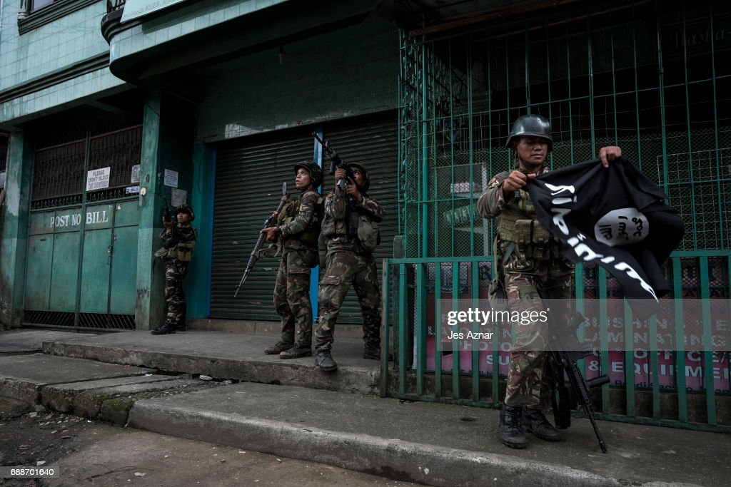 Filipino Troops Battle ISIS Militants In Marawi City : News Photo