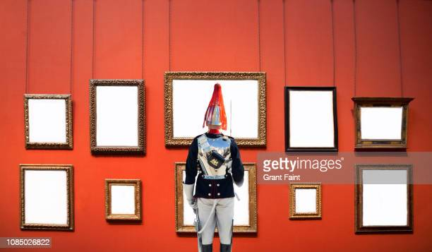 soldier, guard standing at attention in gallery. - kunst kultur und unterhaltung fotos stock-fotos und bilder