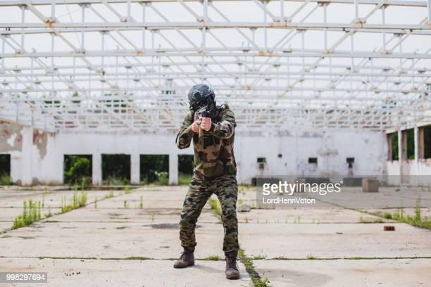 Soldat-Holding-Maschinengewehr.