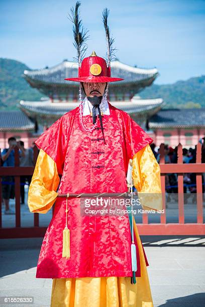 soldier is standing guard at the gyeongbokgung palace - copyright by siripong kaewla iad ストックフォトと画像
