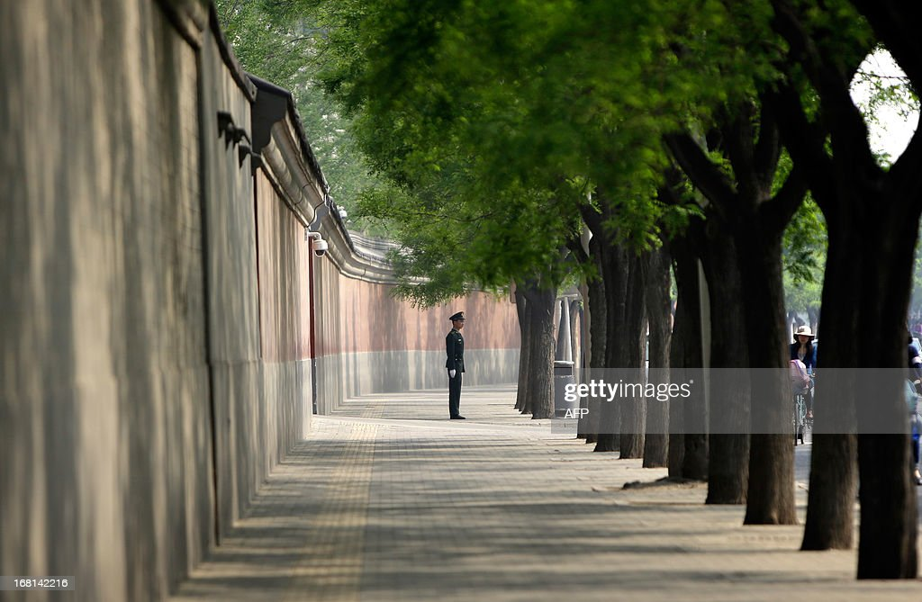 A soldier keeps watch next to a red wall outside the Zhongnanhai leadership compound ahead of a meeting between China's Premier Li Keqiang and Palestinian president Mahmud Abbas in Beijing on May 6, 2013. Abbas's three-day trip is the first by a Middle Eastern leader since Chinese President Xi Jinping office in March. AFP PHOTO / POOL / Jason Lee