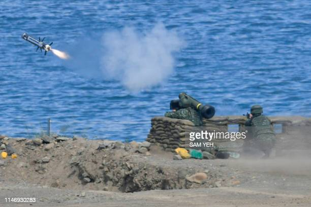 """Soldier launches a Javelin missile during the 35th """"Han Kuang"""" military drill in southern Taiwan's Pingtung county on May 30, 2019. - The manoeuvres..."""
