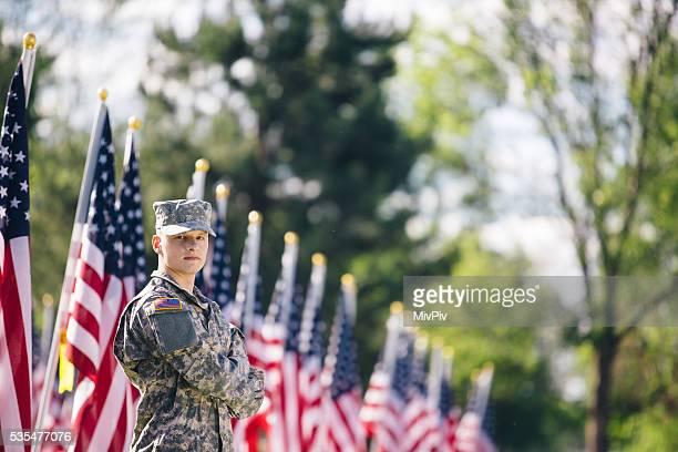 Soldat regardant par-dessus son épaule en fornt de drapeaux américains