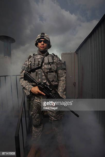 soldier on rooftop - us army urban warfare - fotografias e filmes do acervo